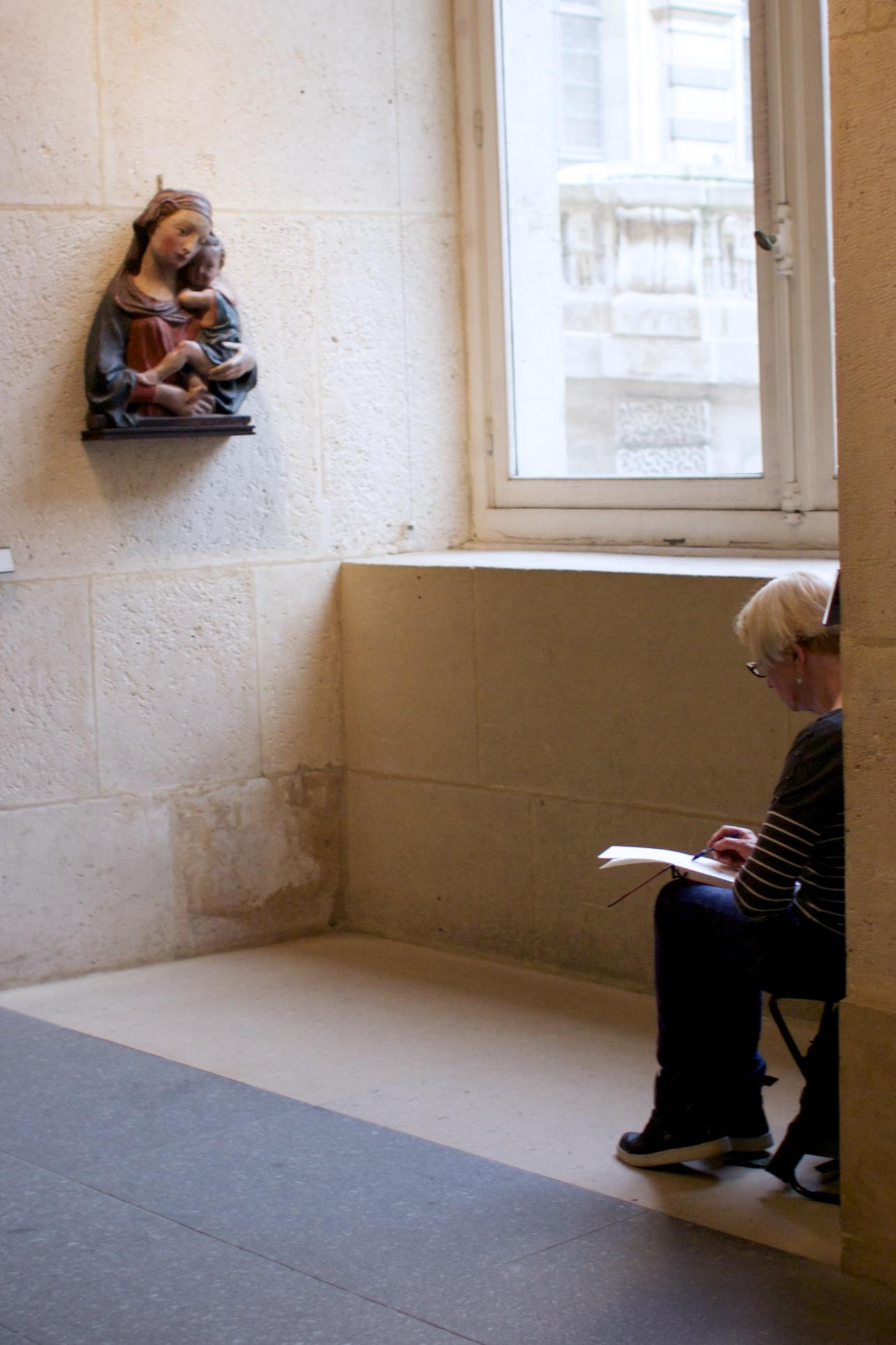 A woman sketching. ルーブルでスケッチする女性。なんて素敵な趣味なの!