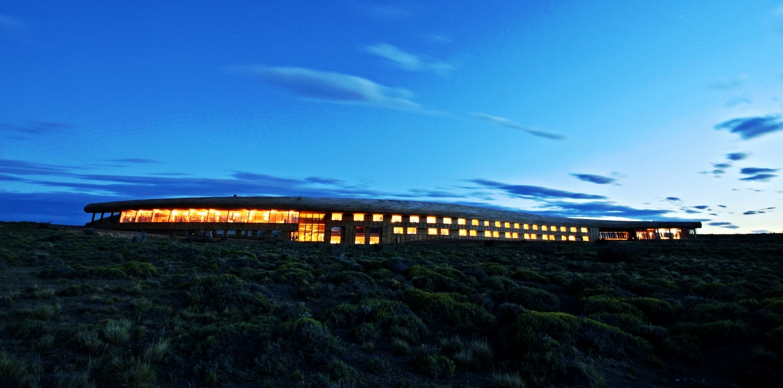 503c0a4828ba0d4470000102_hotel-tierra-patagonia-cazu-zegers-arquitectura_pvtpexteriorfromlakenoche2.jpg
