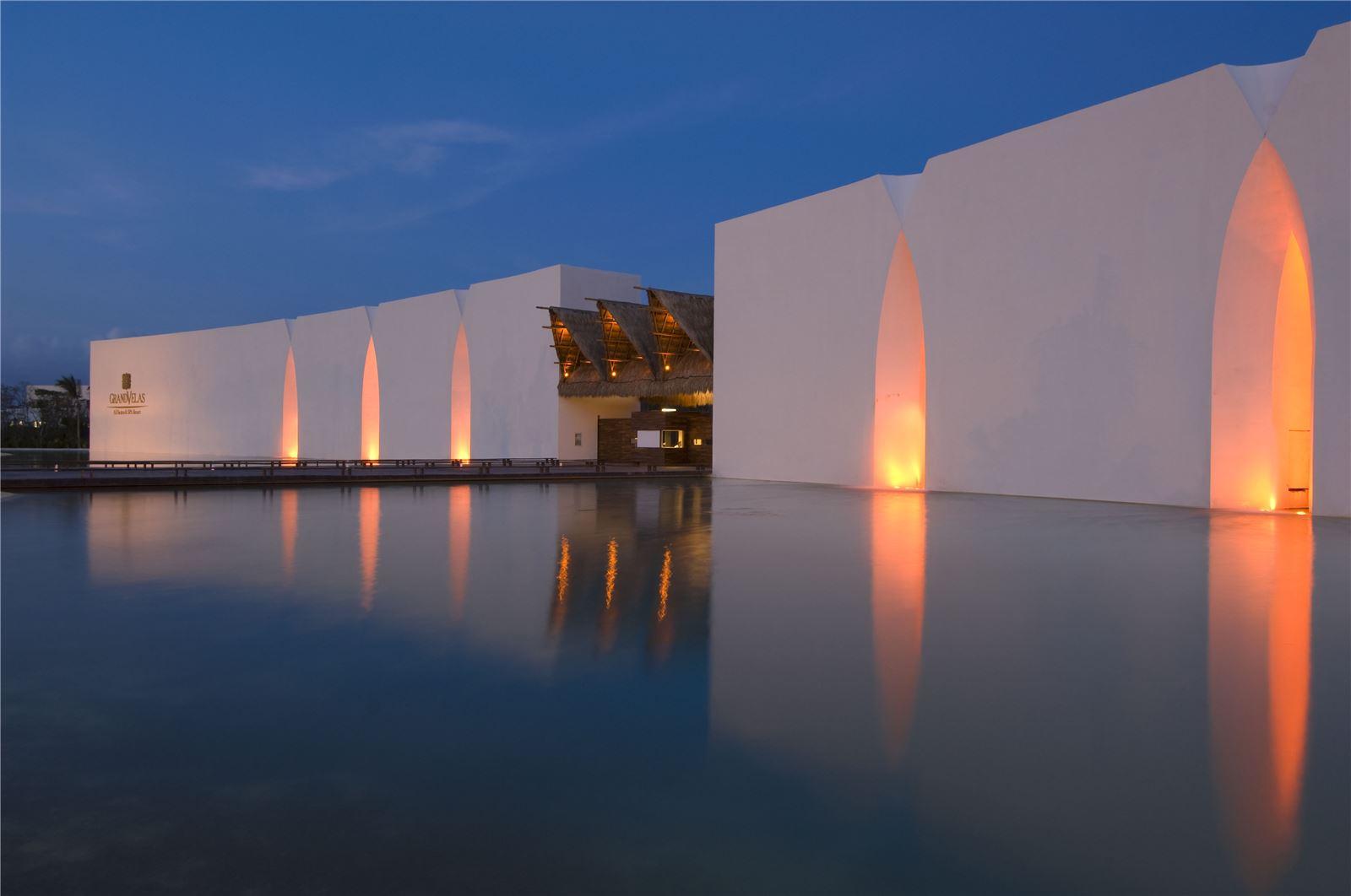 gvrm-hotel-entrance-evening.jpg