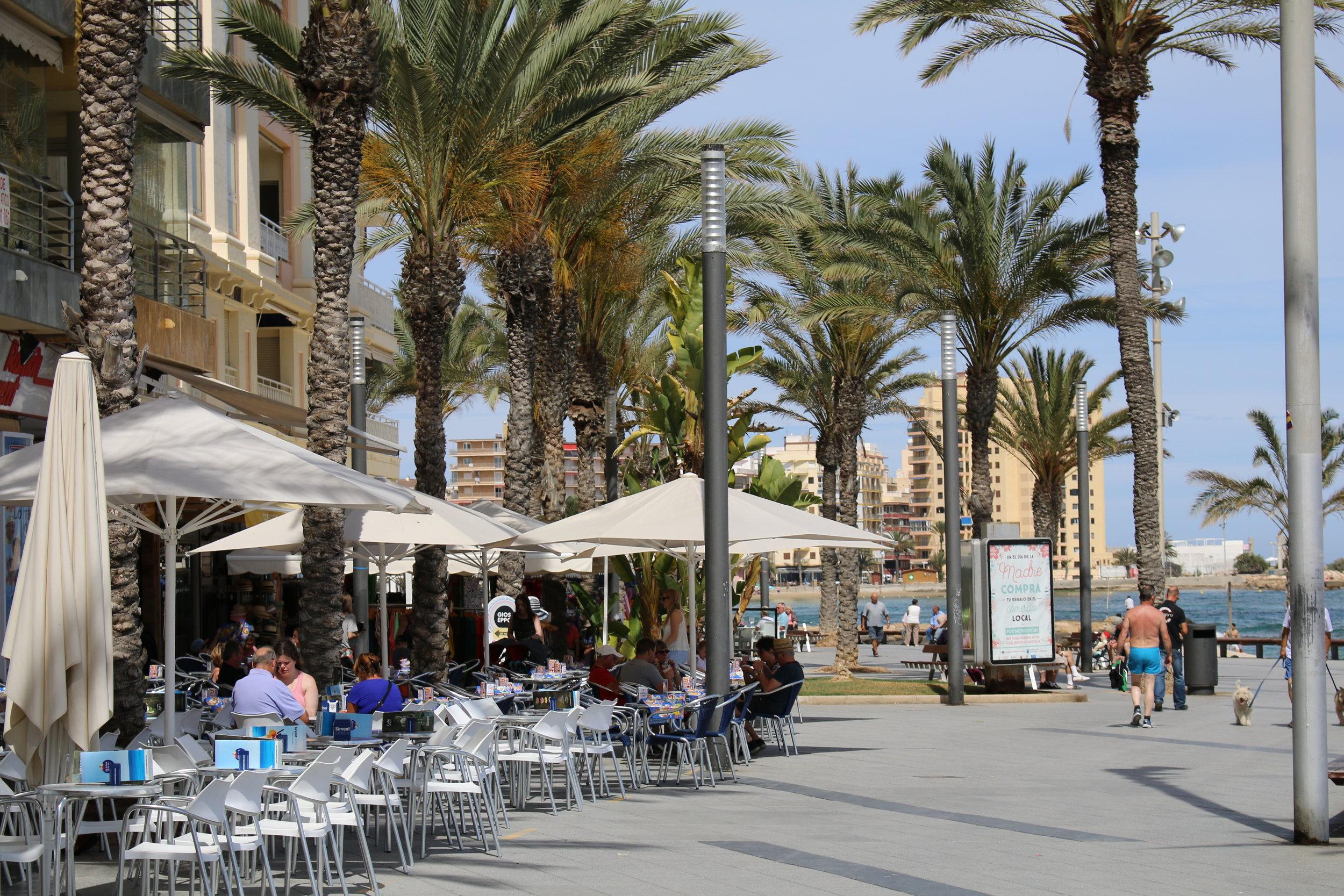 Klassisk spansk feriestil ved strandpromenaden i Torrevieja.