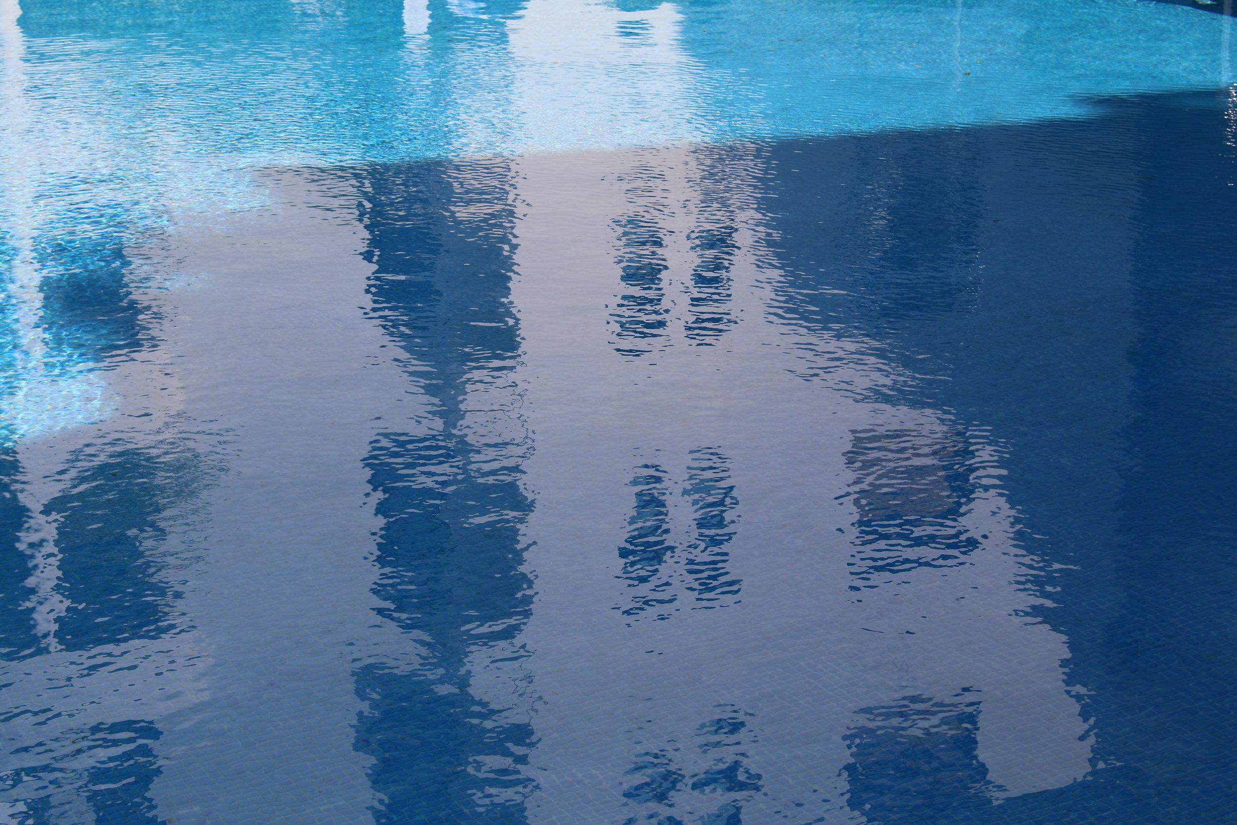 Køl af ved poolen i den smukke gårdhave.
