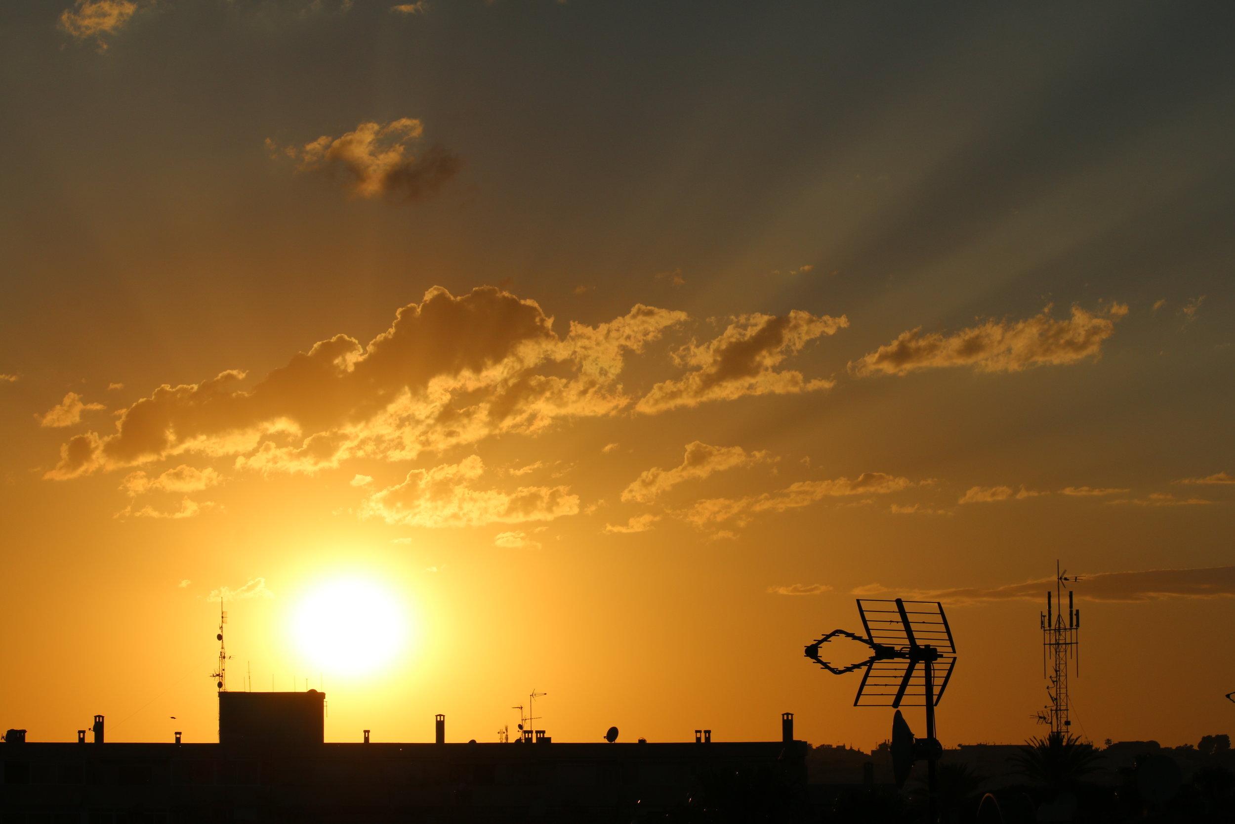 Nyd de fantastiske solnedgange fra terressen med et køligt glas vin på en lun aften.