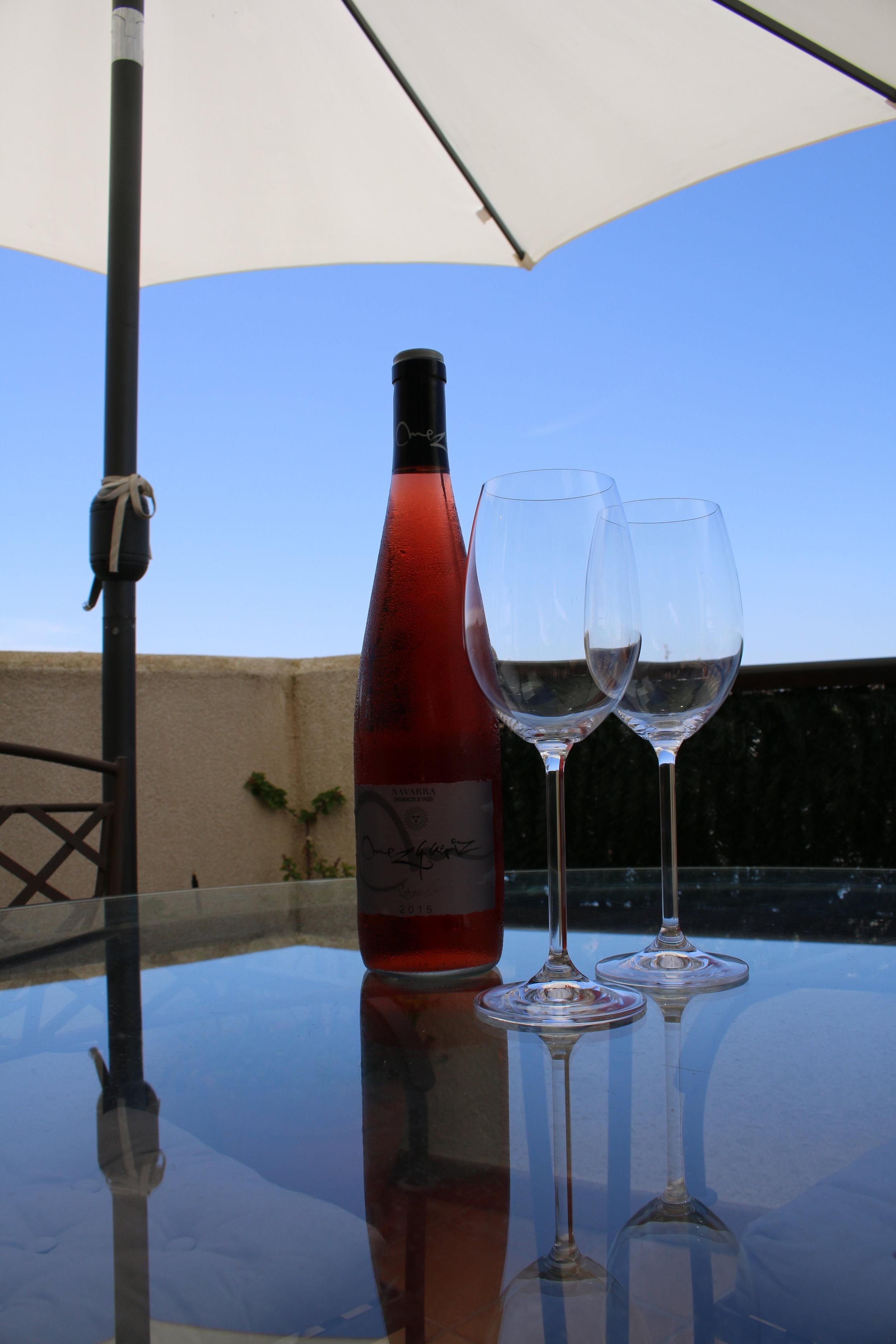 Velkommen til et forfriskende glas kold vin på teressen.