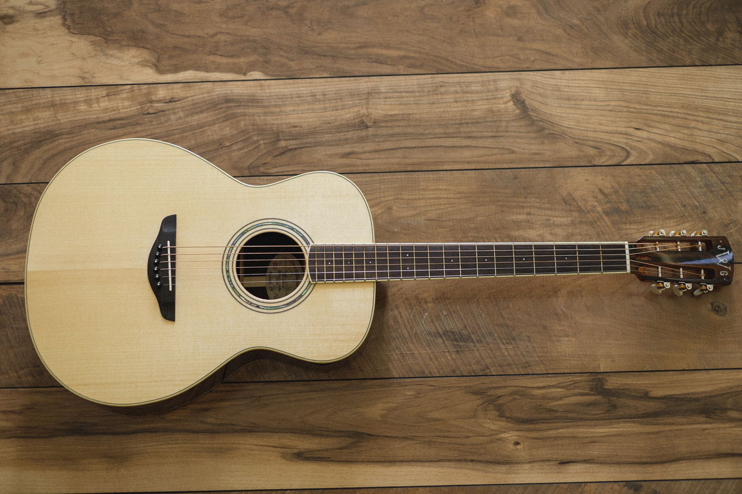 Small Jumbo   Considered the most versatile of the pack. Produces a big sound without the feeling of a big guitar. Very comfortable to play, that lends well to anything from Fingerstyle playing to big strumming.