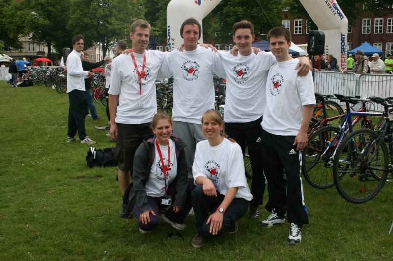 Thorsten Mittmann, Jakob Hakert, Patrick Urban, Johann Wachruschew, Jannina Pohlenz und Anke Mittmann vor der Ziellinie