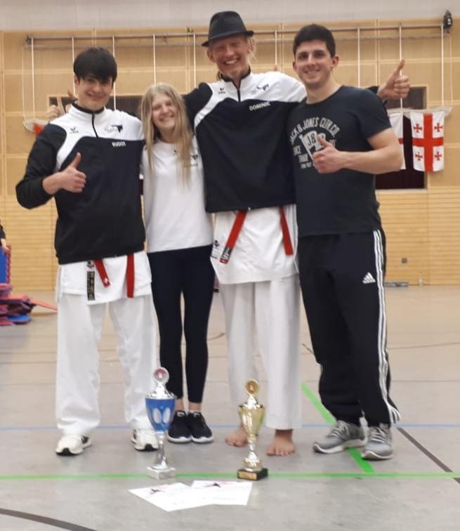 Unsere 3 Elbe-Cup-Teilnehmer mit Trainer Sascha