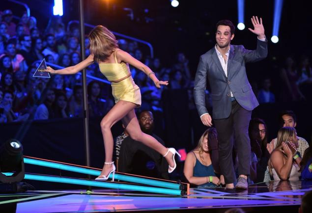 Sarah Hyland trips onstage at the Teen Choice Awards