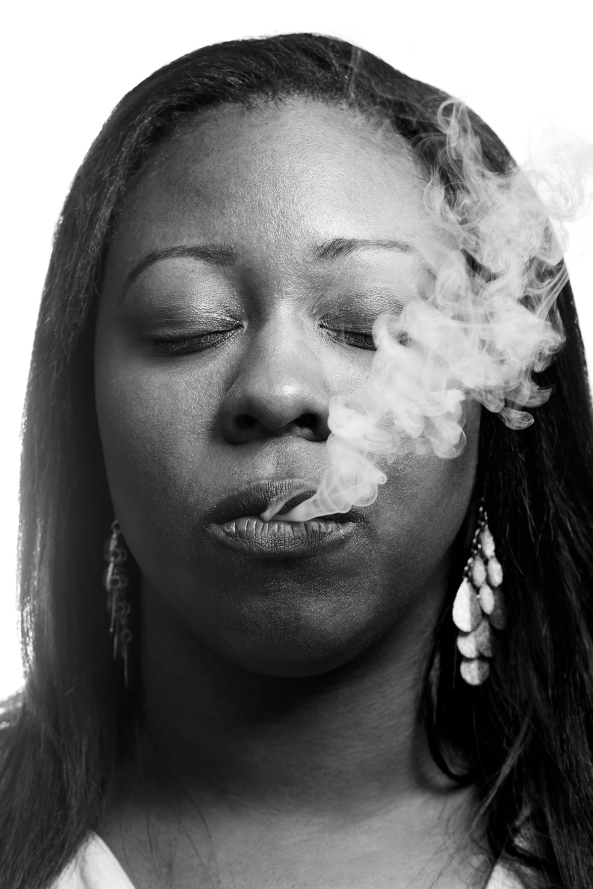 woman_vaping_nytimes_sethlowe