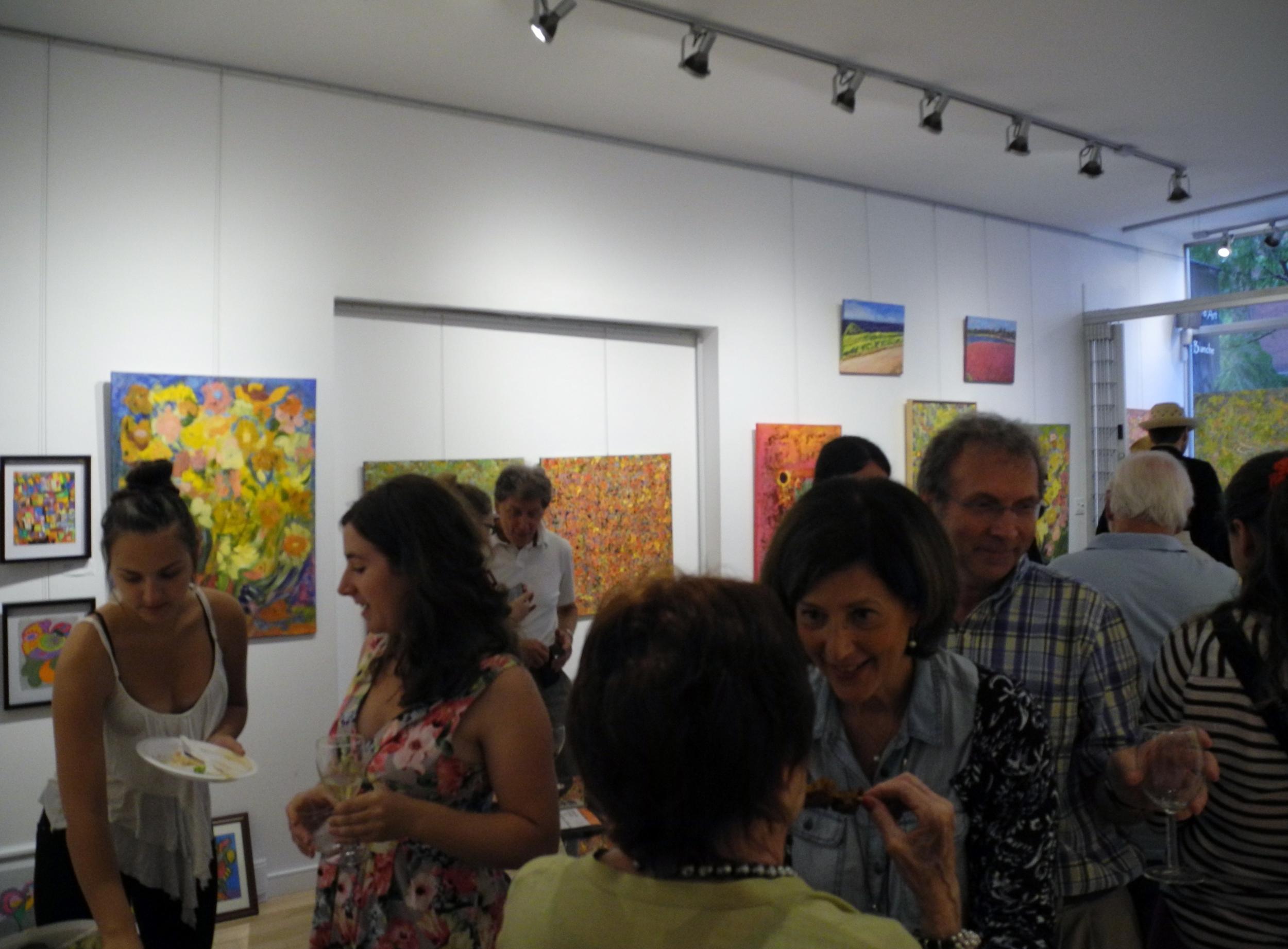 Au centre, de face, l'artiste Isabelle Barakett