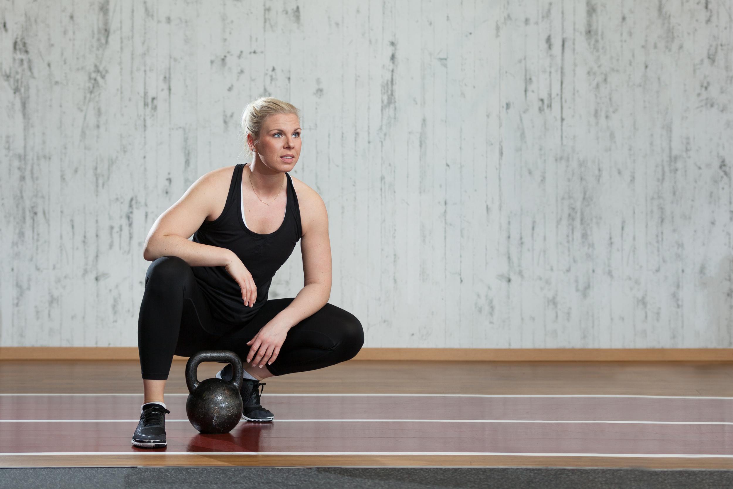 bild 1. Johanna i gym-boxen med en kettlebel