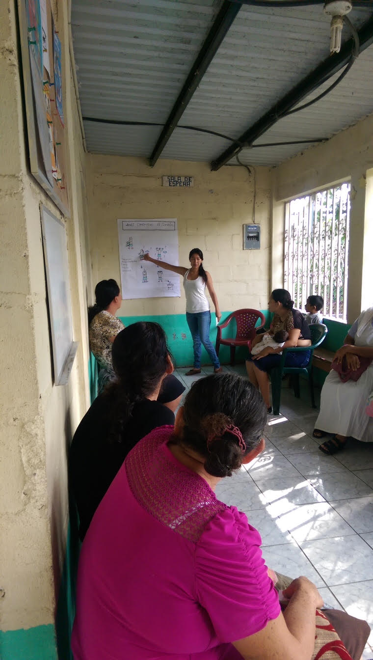 Fatima giving a charla on sexual and reproductive health
