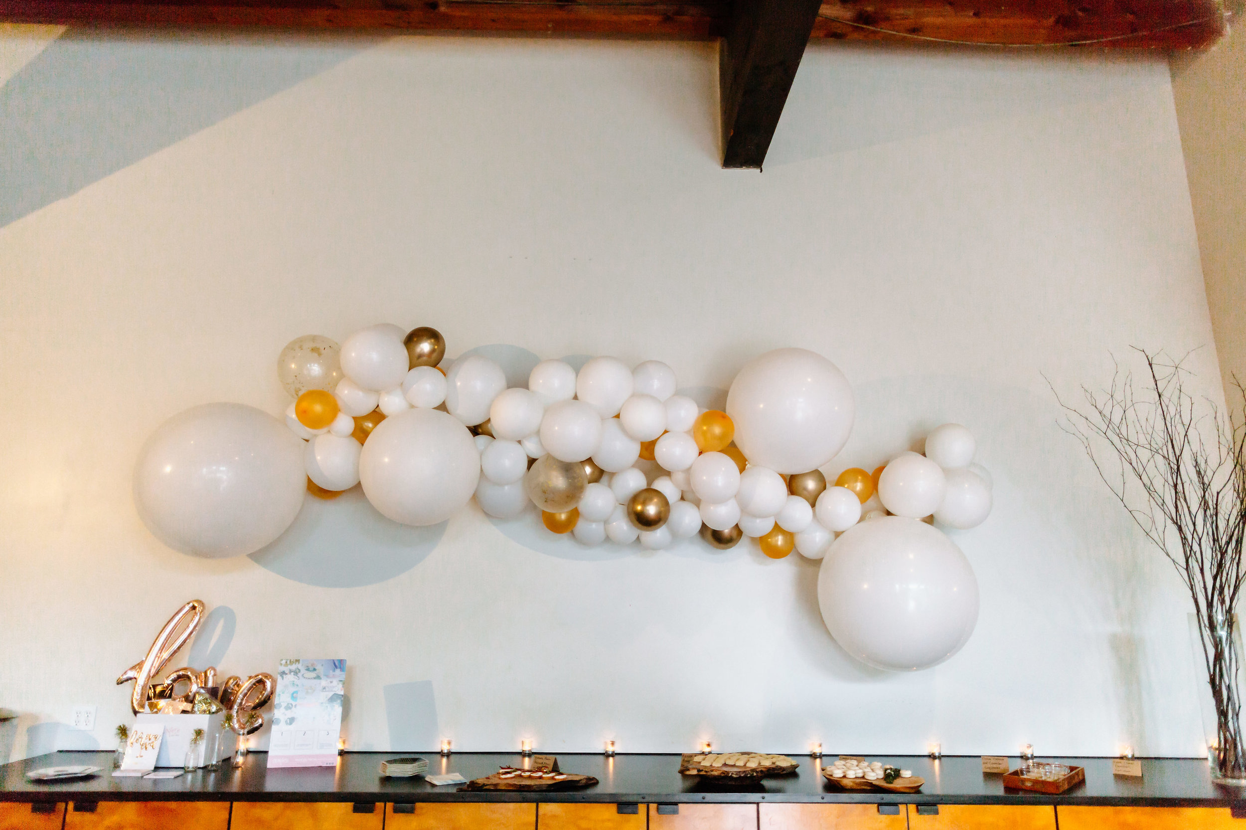 Loving these balloon garlands by  Confete Party Box  !