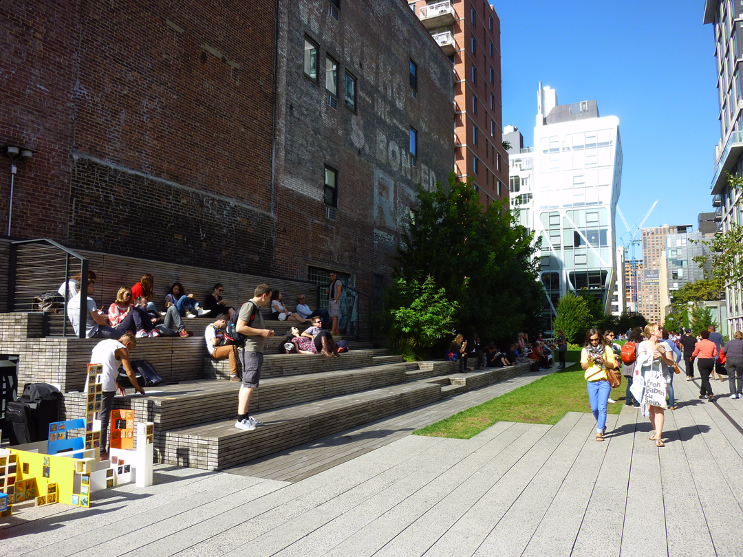 The High Line attracts crowds of visitors, workers and residents and embraces the urbanity of Manhattan in its design. Source: Aseem Inam.