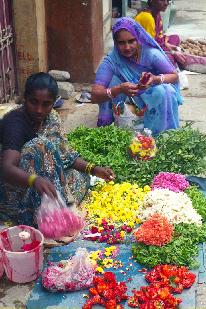 A flower vendor in the streets of Bengaluru: Rather than relying on standard methods and strategies from the global north, we need develop approaches to urbanism that are more appropriate to countries like India, as in case of IIHS. Source:  Aseem Inam.