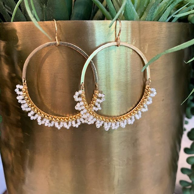 Currently my new favorite hoop for spring/summer. Hammered 14k gold fill hammered metal with white and gold bead mix...what's not to 💓?!Anyone else excited for updated accessories for the season? #summeriscoming #swoongems #hoopearrings