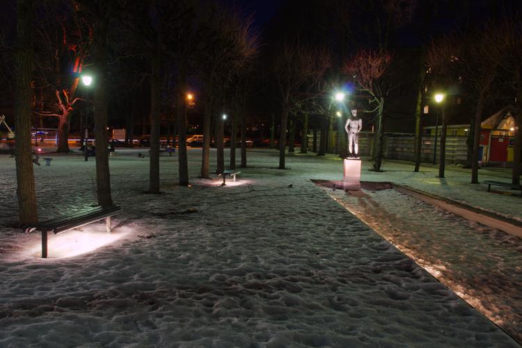 Samme sted, med midlertidig belysning av sitteplasser, trær og landemerker, som ble installert for å kartlegge publikums reaksjoner på forbedret belysning. FOTO: Gard Gitlestad.