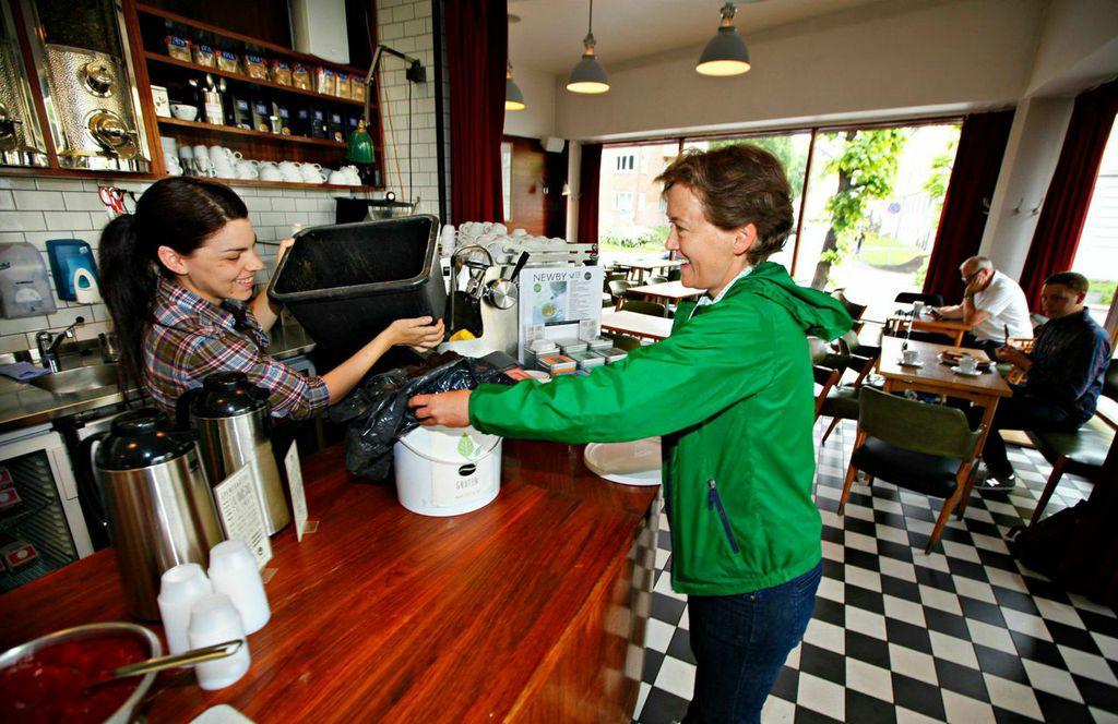 Henting av kaffeavfall på Åpent Bakeri.  Foto: Siri Mittet.