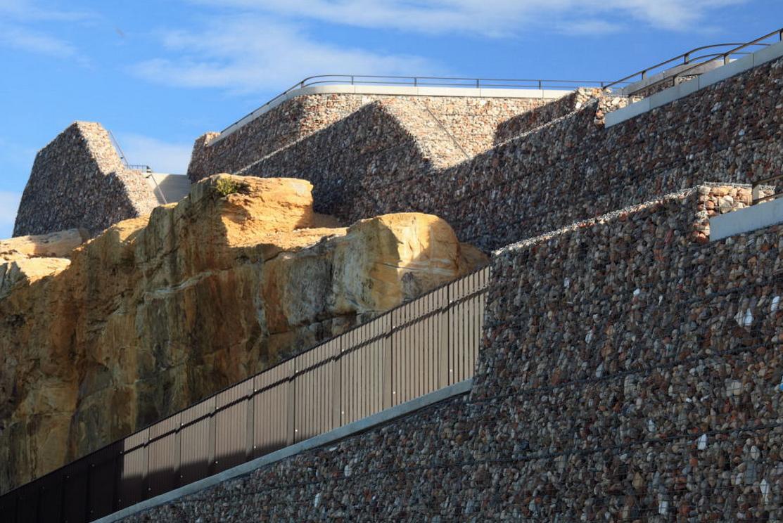 Betong og rivematerialer knust og gjenvunnet som fyllmasse i gabioner. Ballast Point Park, Sydney, Australia. Hentet fra: http://www.landezine.com/index.php/2010/11/ballast-point-park-by-mcgregorcoxall- landscape-architecture/ ,© McGregor+Coxall