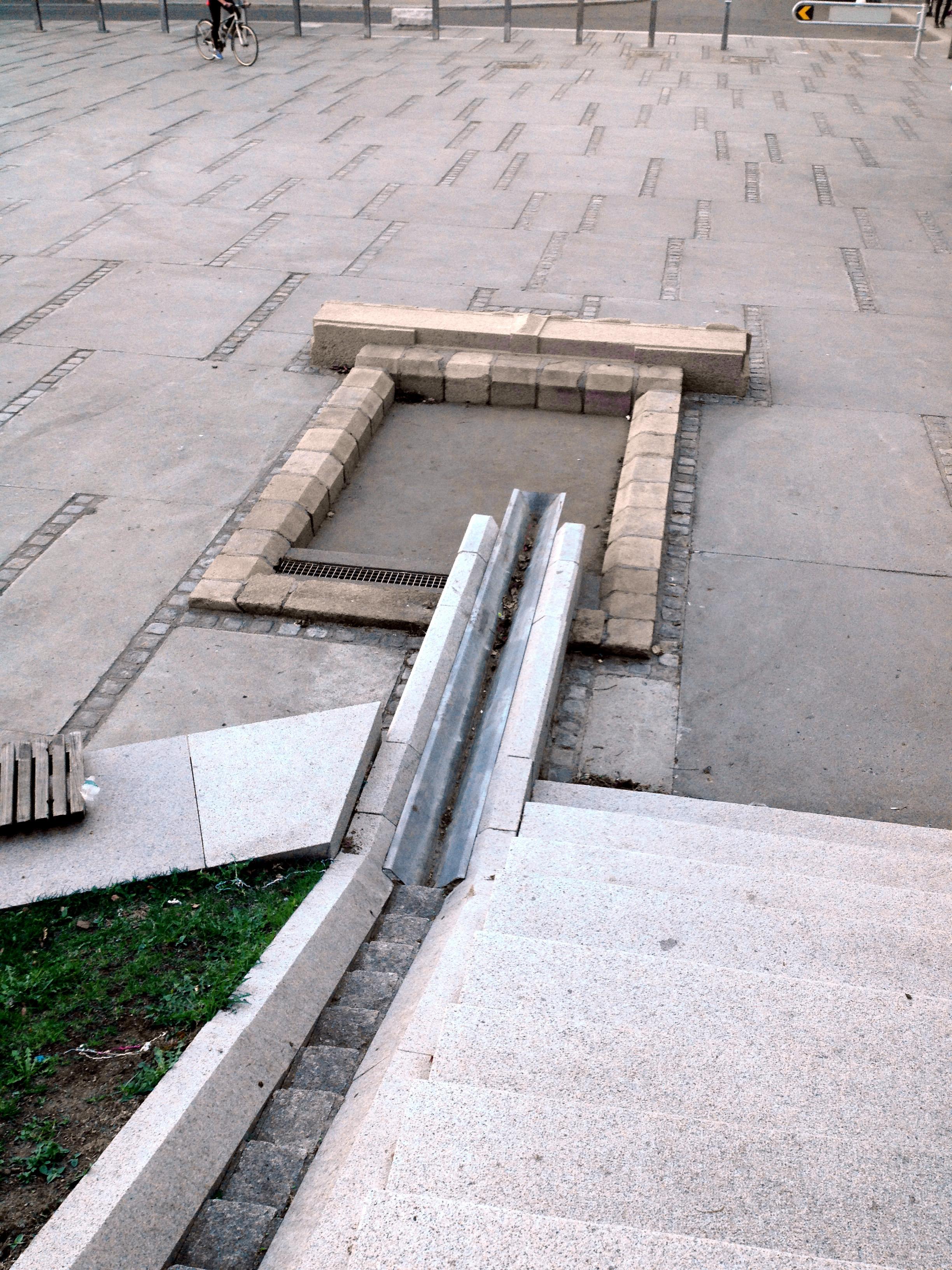 Granittportal fra gamle rikshospitalet refunksjonert som ramme rundt vannspeil. Pilestredet park  Foto: Even Reinsfelt Krogh