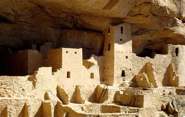 Mesa Verde  . Hopi indianernes landsby i Arizona, som er bygget opp av soltørkete jordstein (  adober  ). foto:  Greg Tally  CC BY 3.0 via Wikimedia Commons