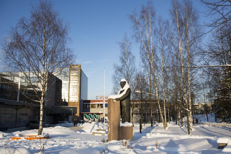 Plassen utenfor Furuset senter er oppkalt etter Trygve Lie, som var FNs første generalsekretær og kom fra Furuset Foto: Line Holand, Bymiljøetaten