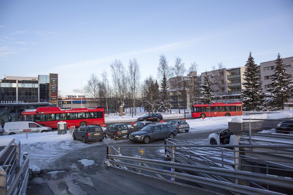 I dag domineres Trygve Lies plass av biler og busser. I fremtiden skal det bli et grønt og viktig byrom for alle på Furuset.Foto: Line Holand, Bymiljøetaten
