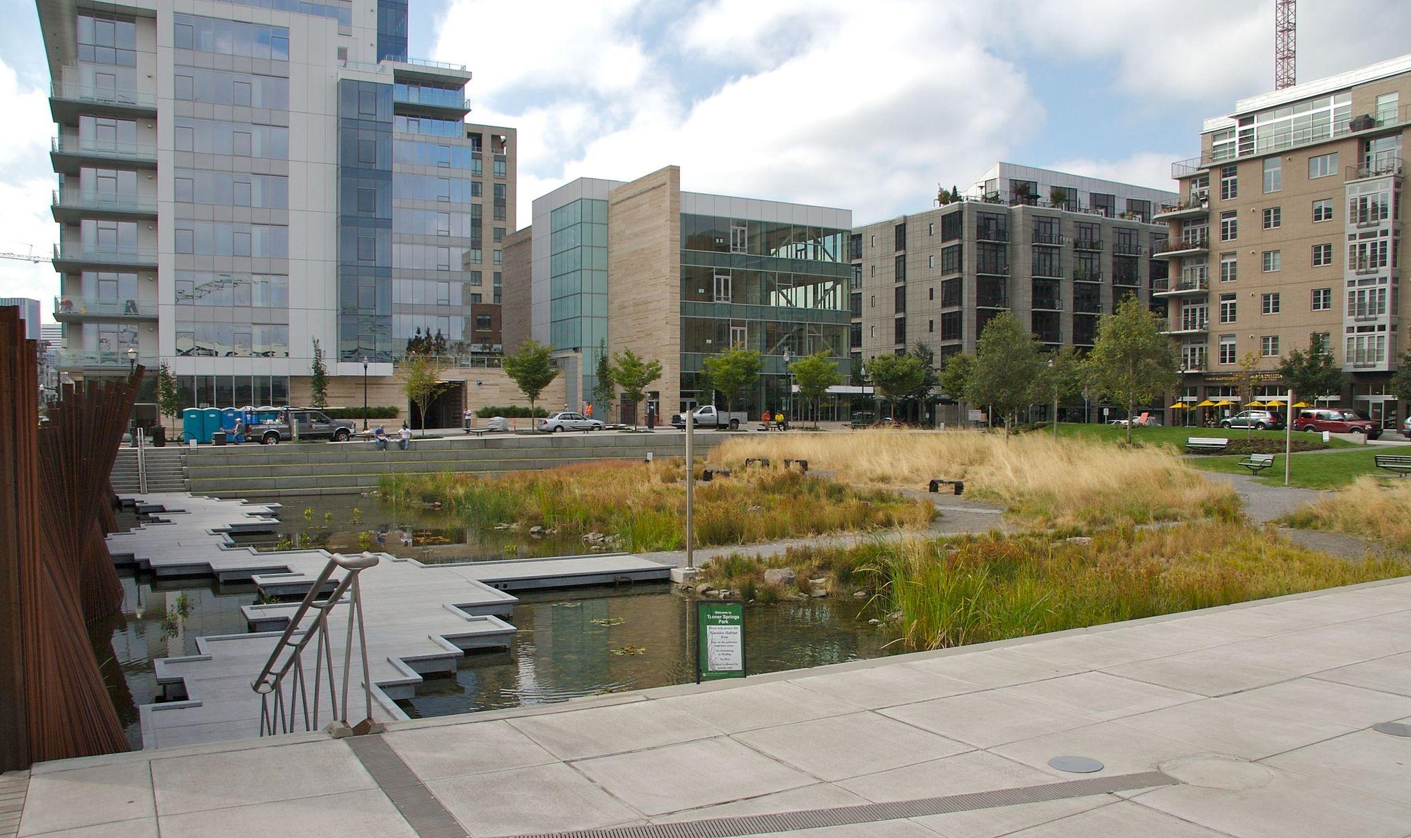 Urbane våtmarksområder og plantefelt kan bli viktige elementer i norske byer for å fordrøye og rense vann fra flommer og kraftige regnskyll fremover. Her fra Tanner Springs Park i Portland. Foto: Cord Rodefeld, Wikimedia Commons