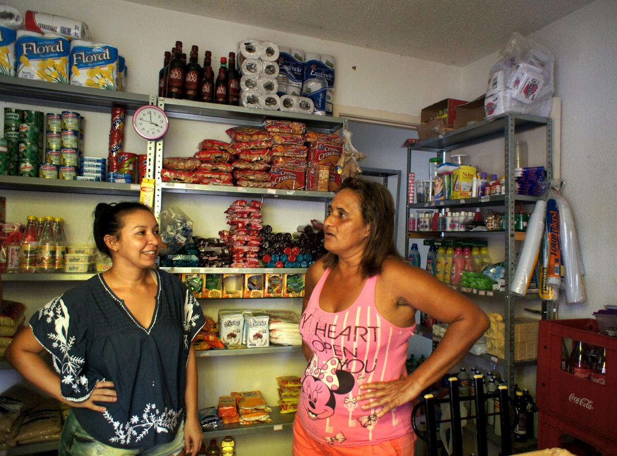 Juana Maria og Sheila kjenner hverandre fra årene de okkuperte tomten, i dag er de naboer. Foto: Astrid Fadnes