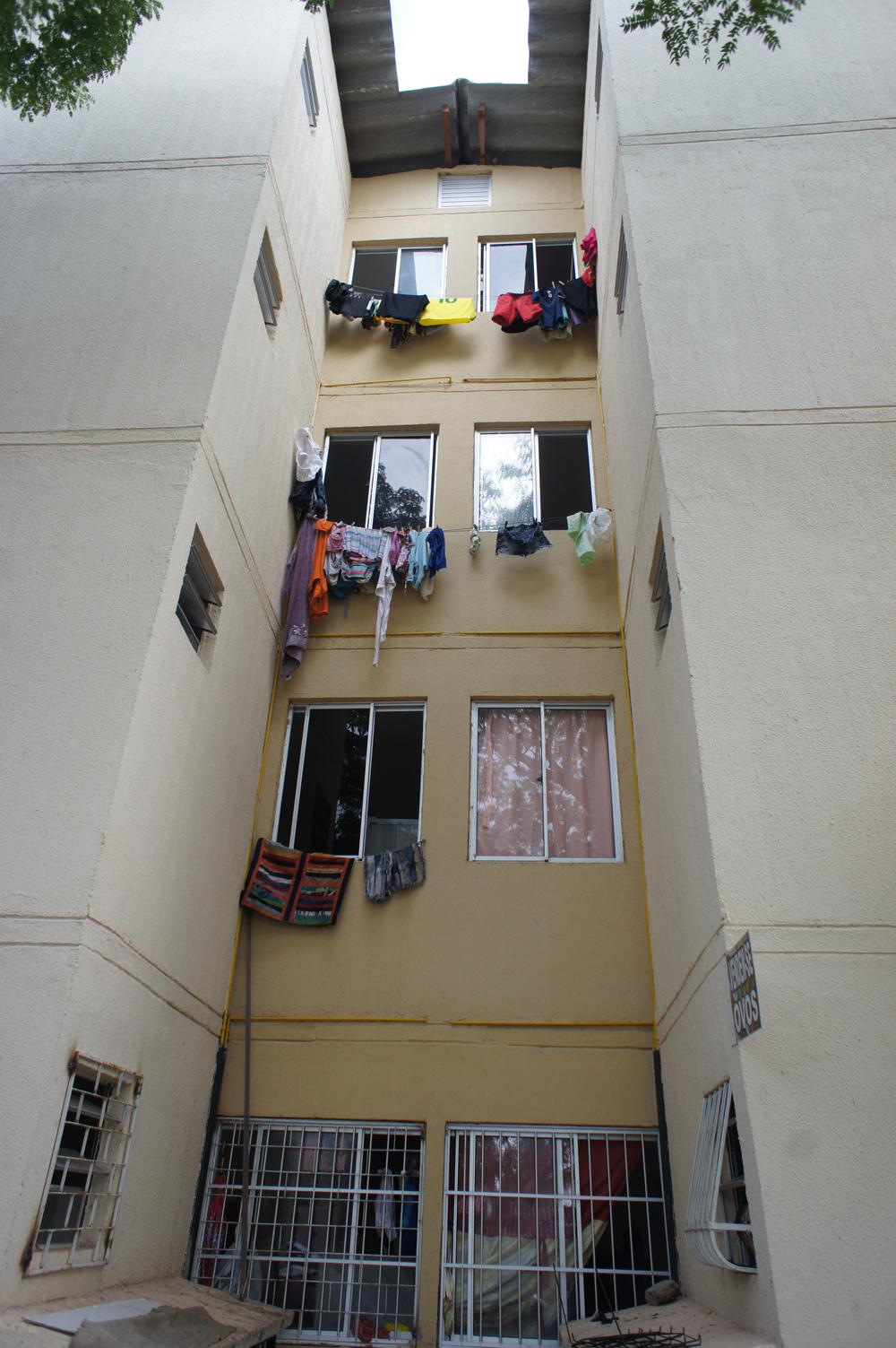 32 kvadratmeter er trangt - i mangel på plass til å tørke klær inne, pryder klesvasker alltid de gule fasadene. Foto: Astrid Fadnes