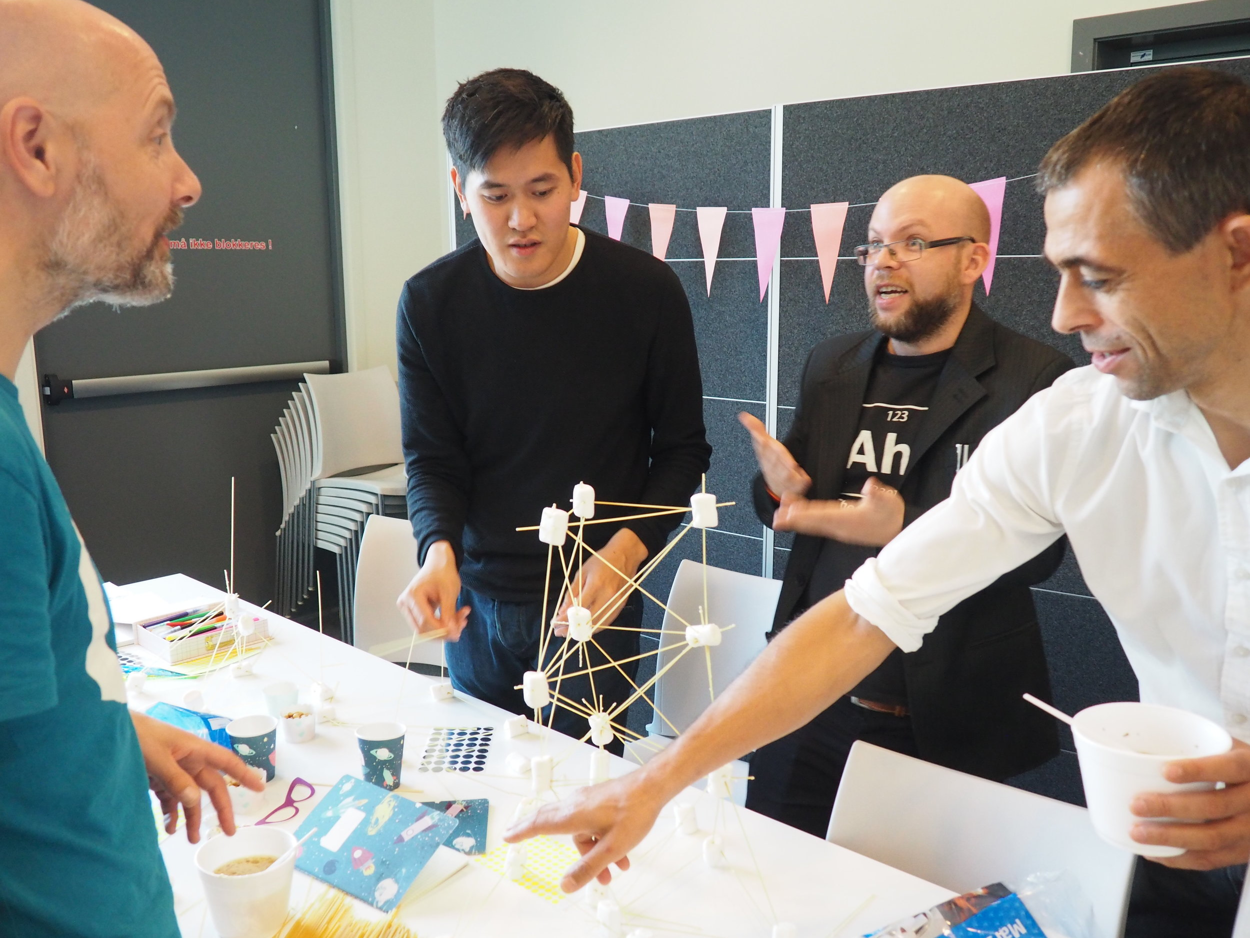 Deltagerne på åpningen ble også med på workshop iløpet av dagen, her konstrueres tårn av marsmallows og spaghetti.