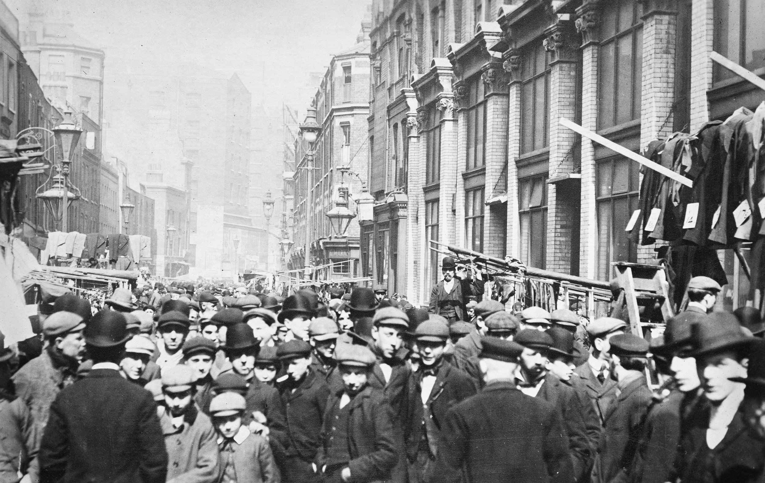 Wikimedia Commons: London Petticoat Lane 1920. CC