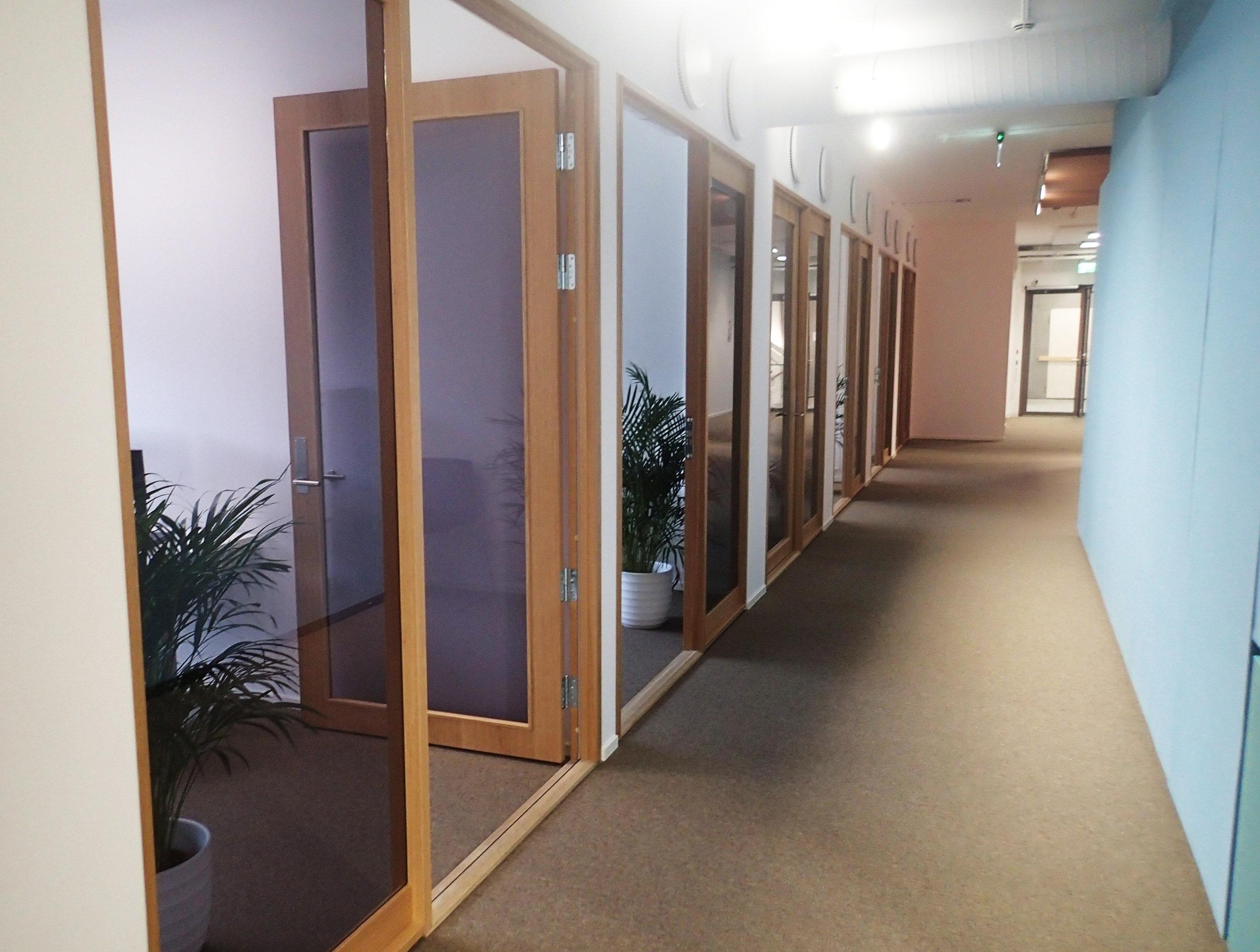 Glasset fra den opprinnelige fasaden finner vi igjen i dører og vinduer innendørs.