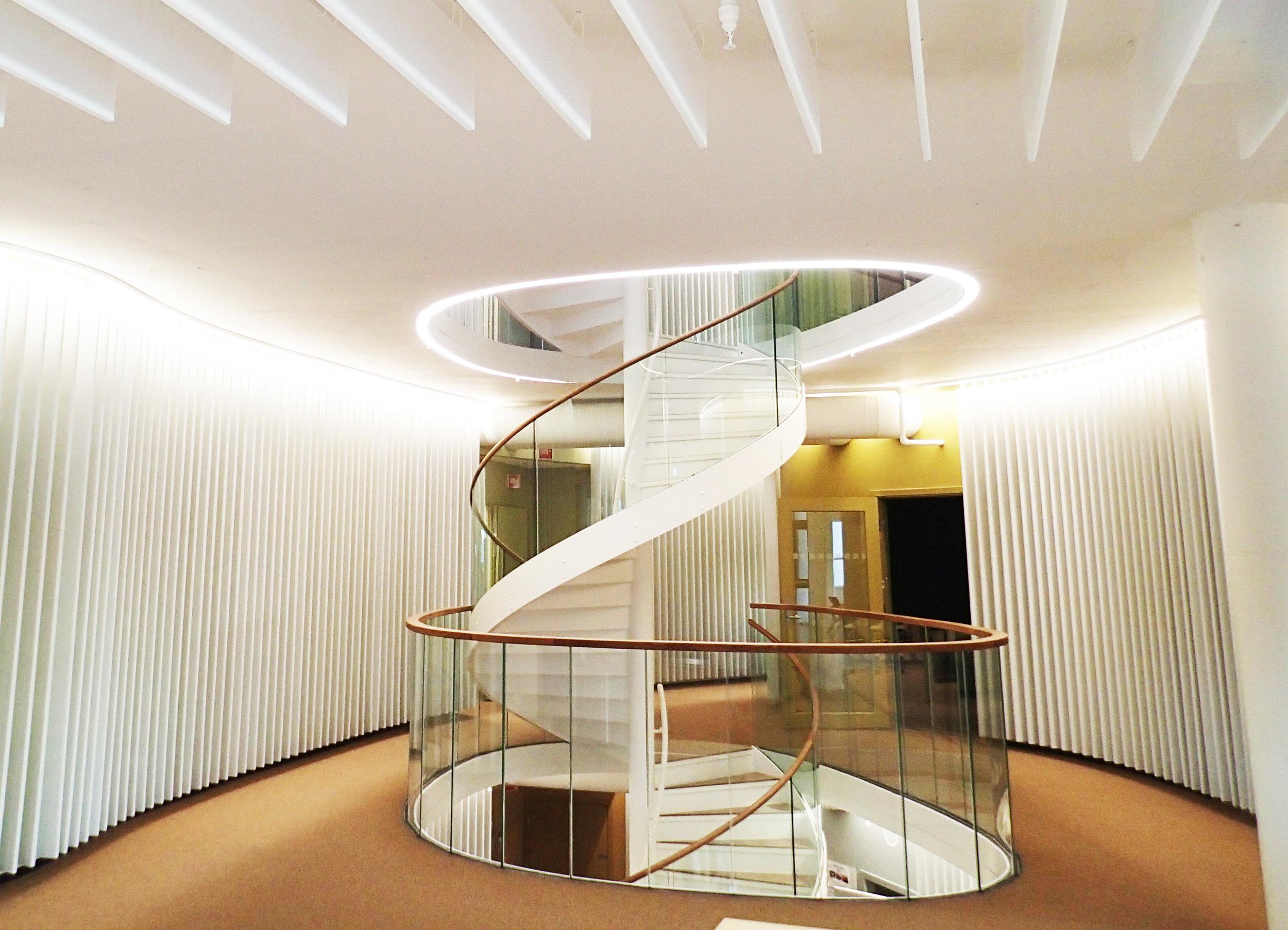 Spiraltrappa strekker seg over 4 etasjer og fungerer som avtrekkssjakt for ventilasjonsluft.