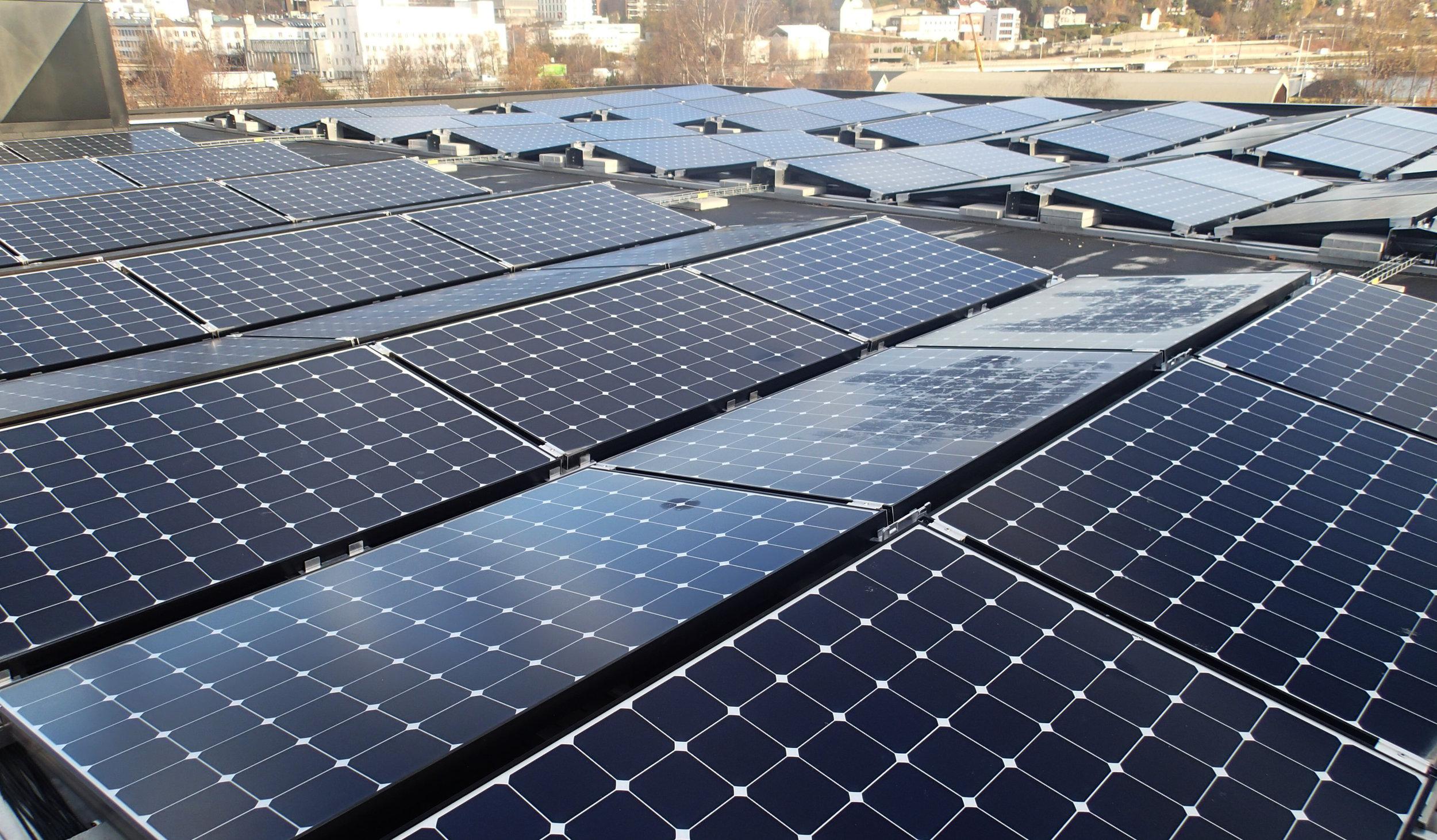 1560 m  2   med solcellepaneler dekker store deler av taket på Powerhouse og det tilhørende garasjeanlegget.