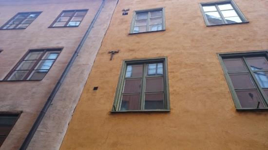 Bygninger i varme jordfarger fra rødt og oransje til dust beige gir et behagelig og helhetlig uttrykk. Sammenliknet med moderne bygninger kledt i glass og sterile overflater, har disse fasadene personlighet og vennlig sjarm. Med sine 2 – 4 etasjer rammer de inn gatene uten å fremstå som ruvende eller overdimensjonerte.