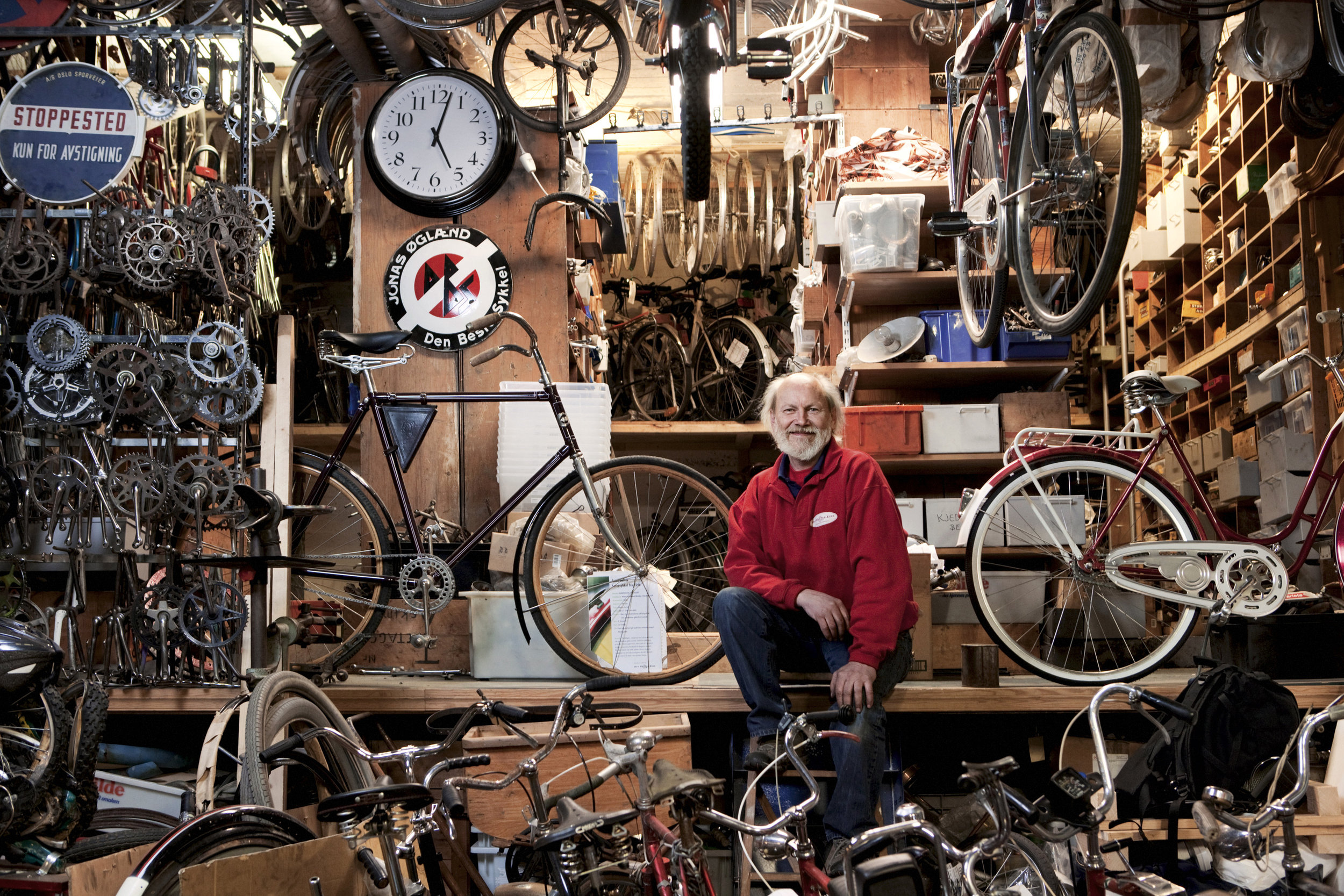 Einar på verkstedet sitt Den Rustne Eike. Foto: Jimmy Linus for D2.