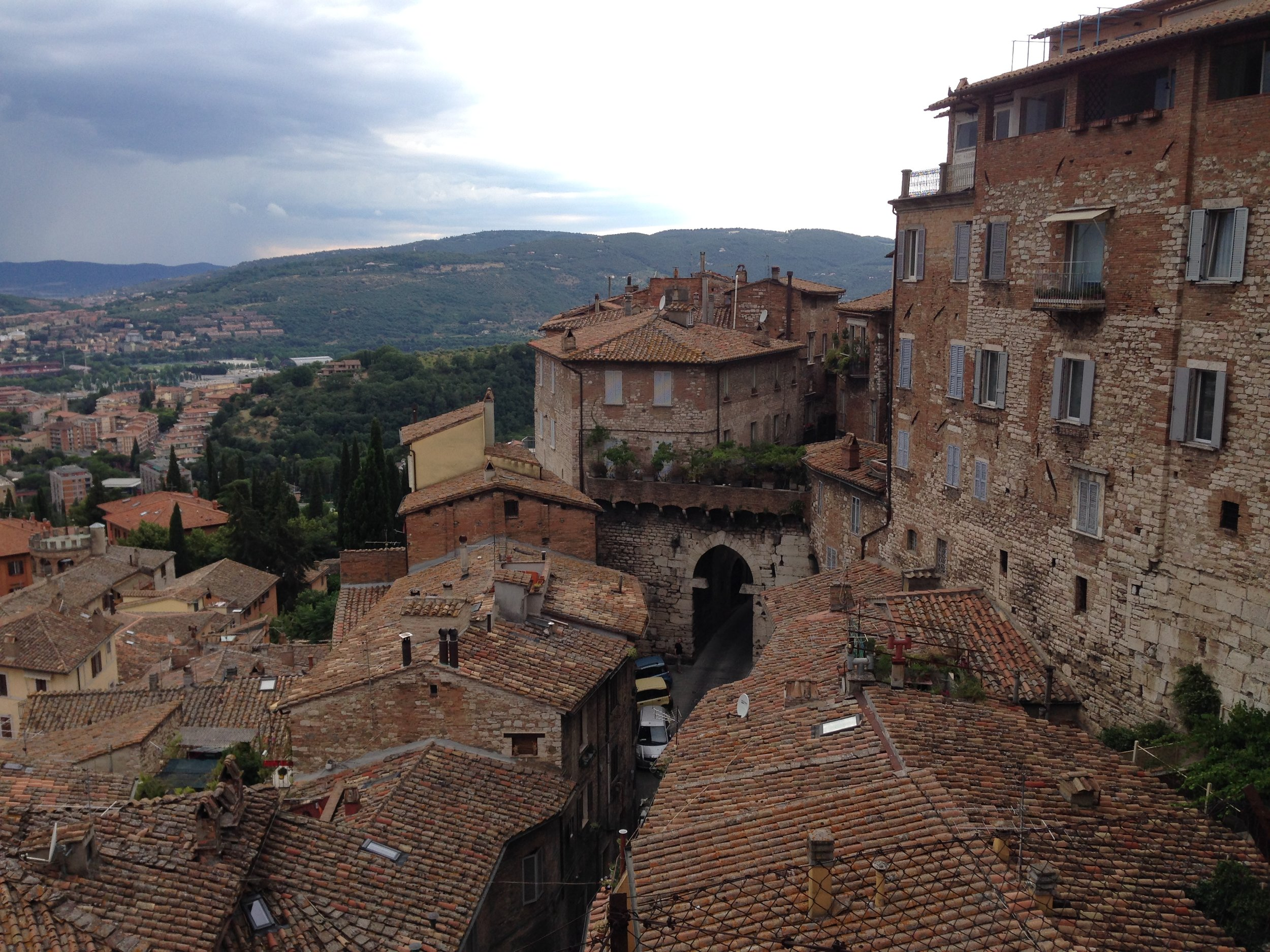 Perugia: L'arco della mandorla (mandelporten) sett frå dei gamle bymurane. Foto: Nora G. Bækkelund