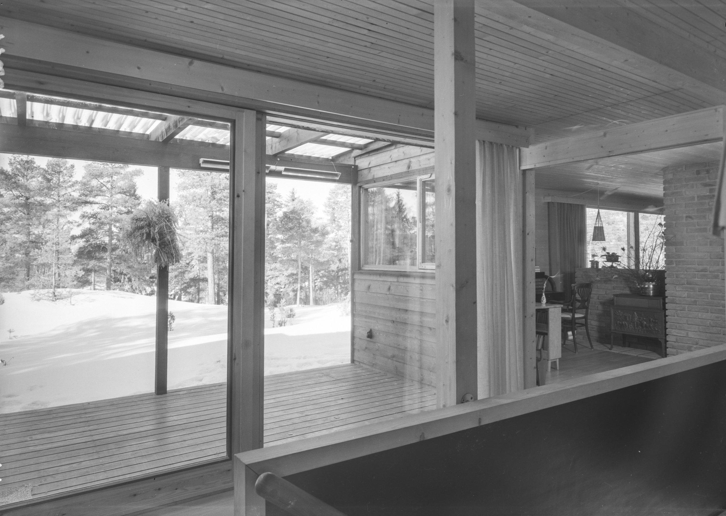 I forbindelse med +Kote #10 intervjuet Alf Jørgen Schnell kunsthistoriker Julie Leding om hennes undersøkelse av vinduer og makt. Alle bilder i teksten er av arkitektparet Molle (1922-1986) og Per Cappelens (1922-1978) Enebolig for Lindboe (1960), som Leding beskriver i sin studie. Fotografiet viser boligens glassvegg ut mot hagearealet. Alle foto: Teigens Fotoatelier / DEXRA Photo.