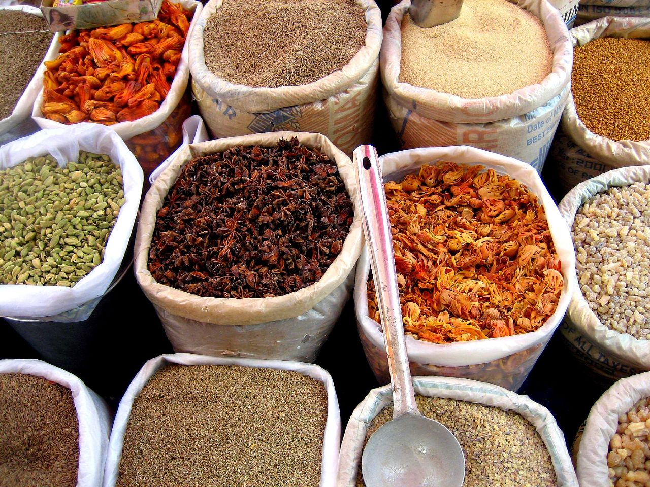 Spices_in_an_Indian_market.jpg