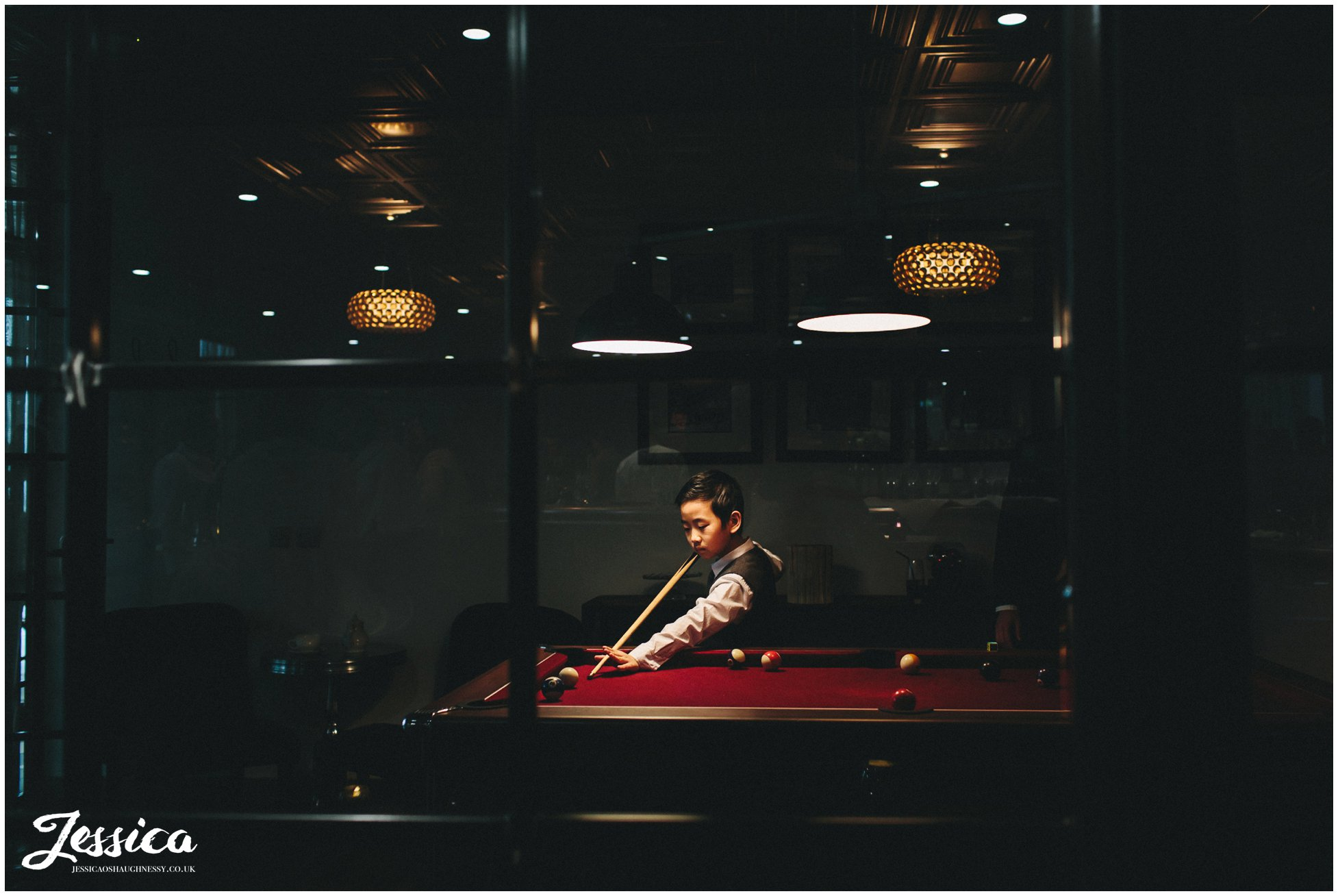 manchester wedding - child plays snooker