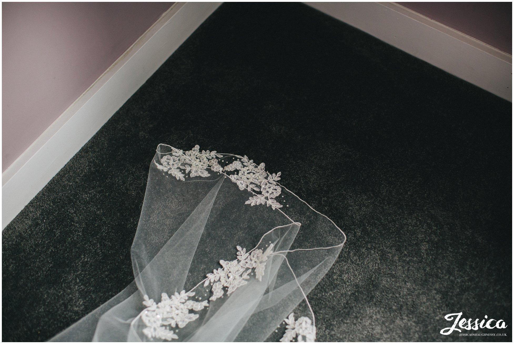 detail shot of the brides veil
