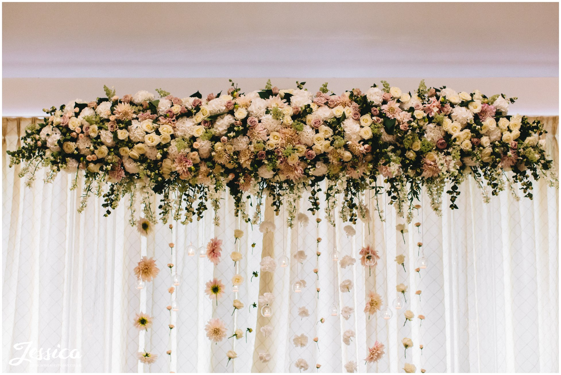 floral arch decorates the top table