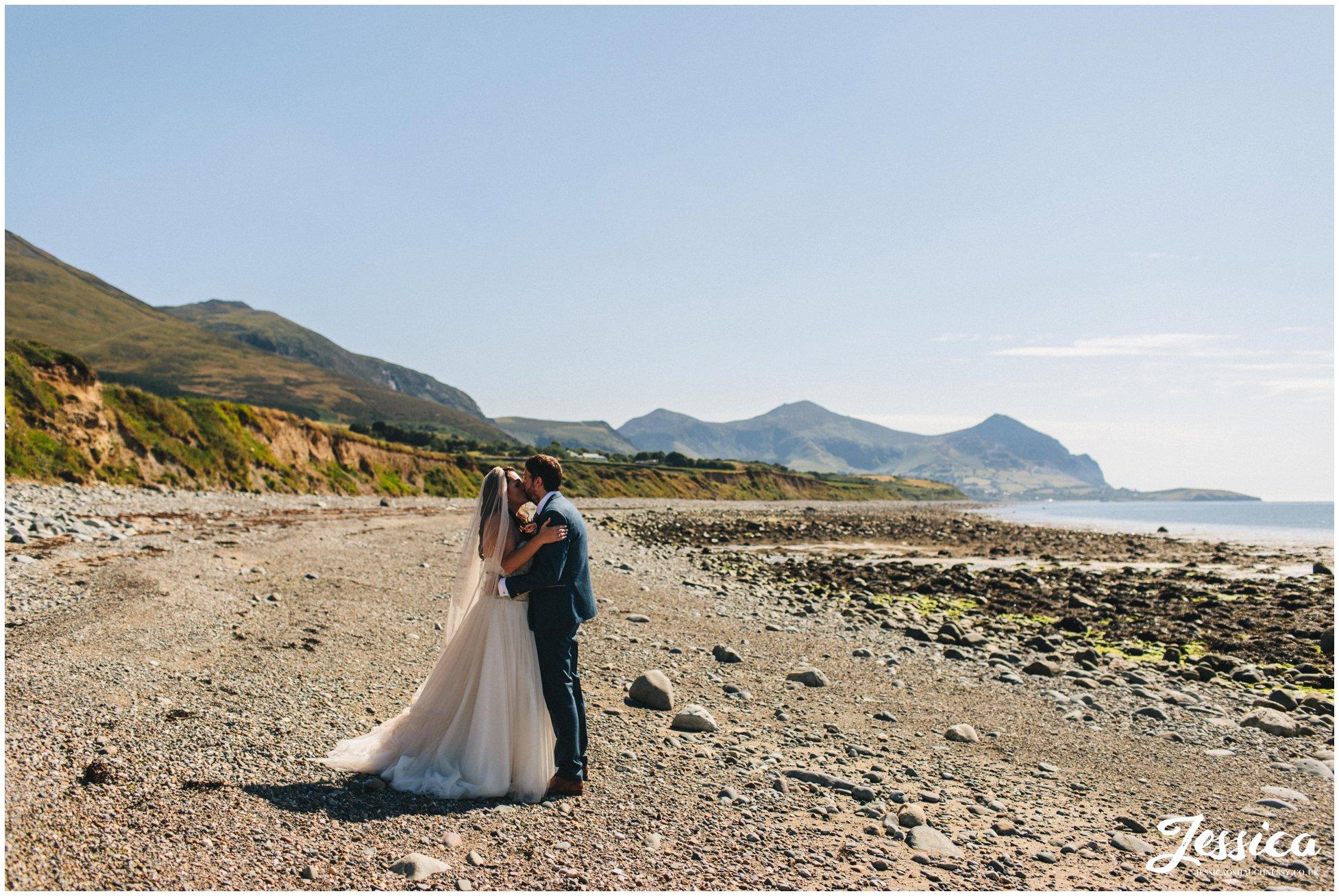 couple kiss on Caernarfon bay