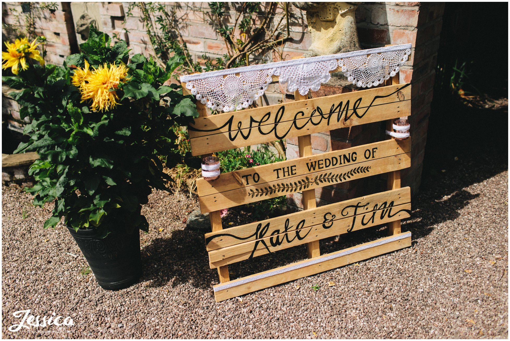 hand painted wooden pallets welcome the guests into the ceremony