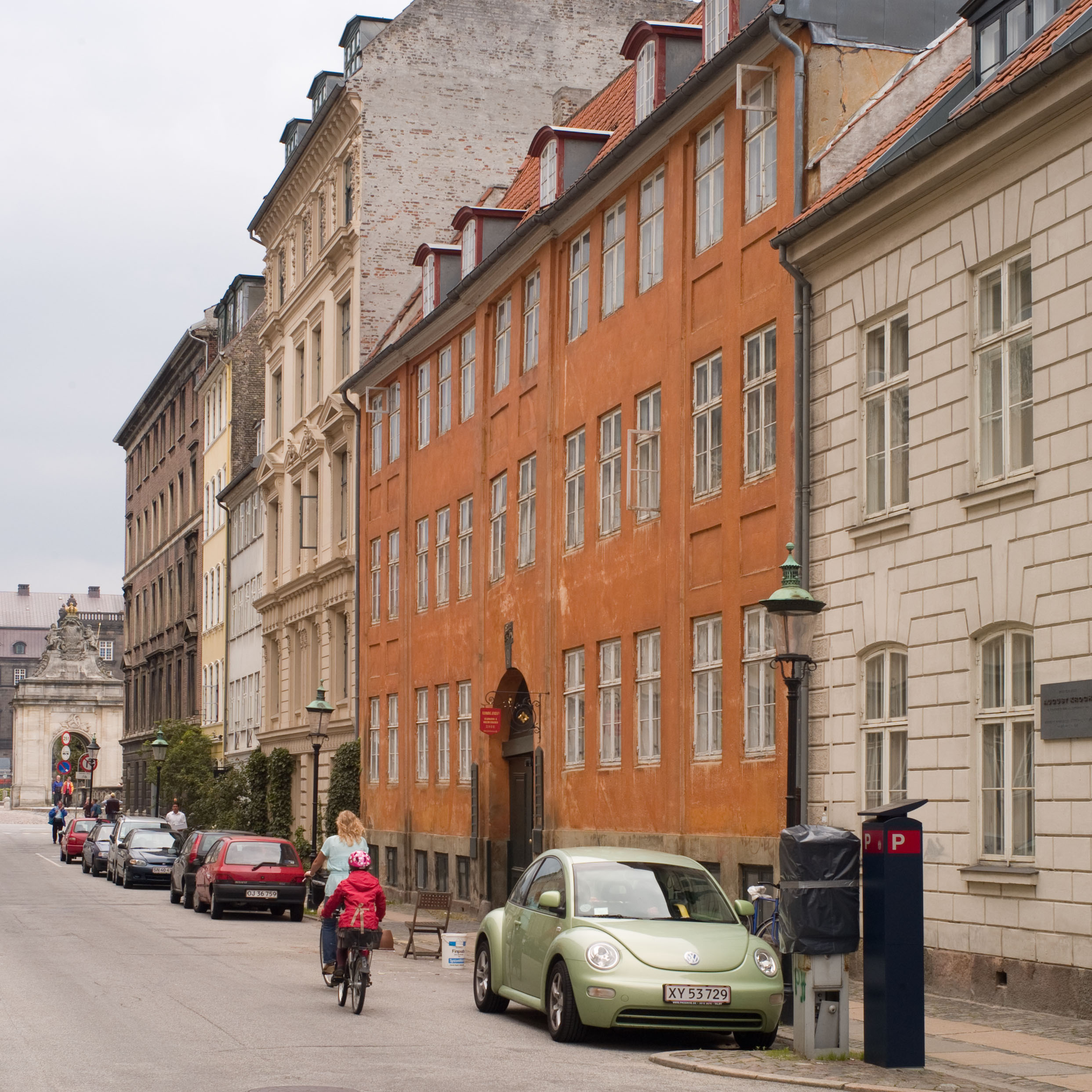 An 18th-century houses flanked by houses rebuilt or remodelled in the following century.