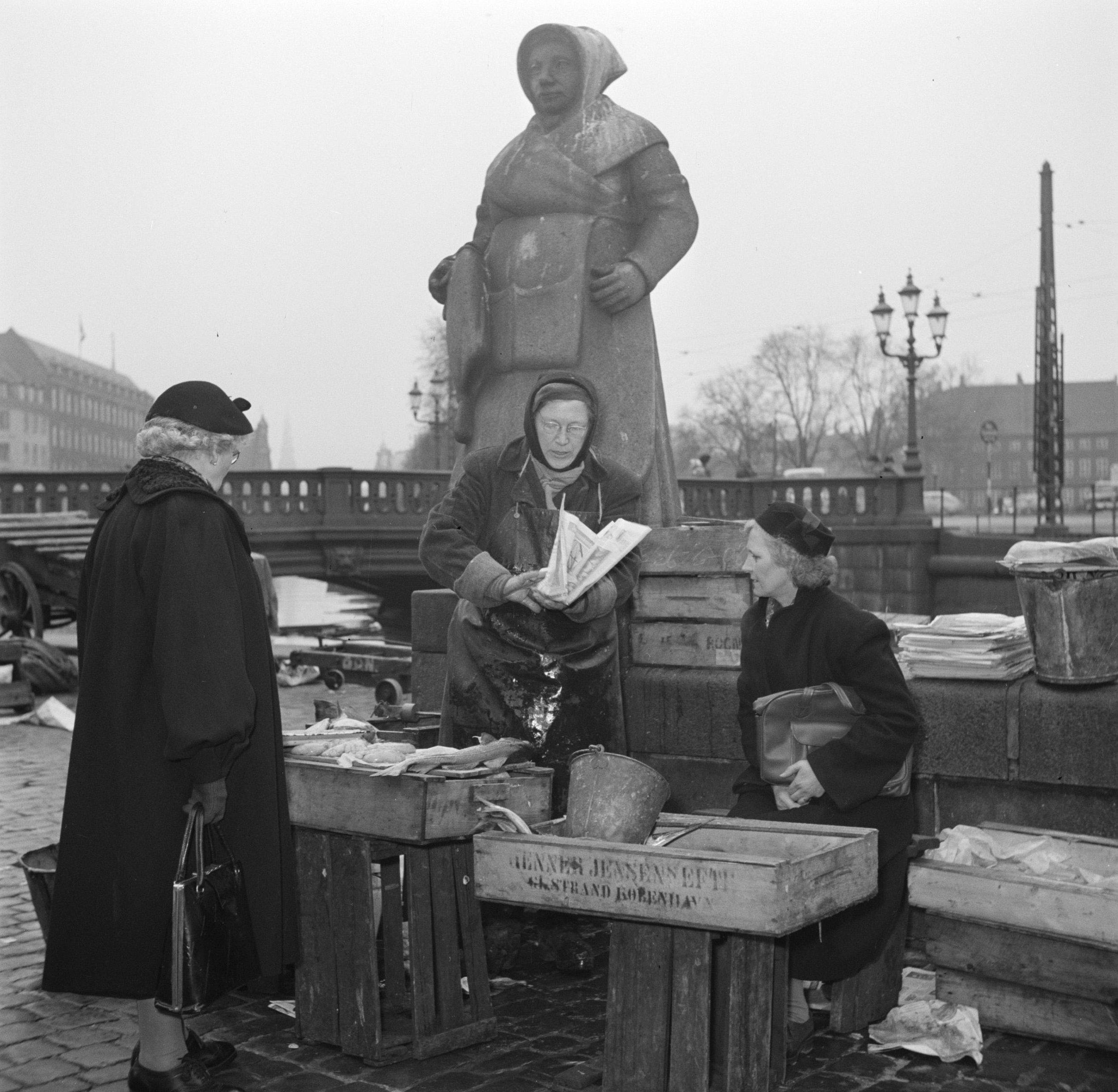 Vrouwen_bij_hun_koopwaar_op_de_vismarkt_in_Kopenhagen_met_op_de_achtergrond_een_,_Bestanddeelnr_252-8836.jpg