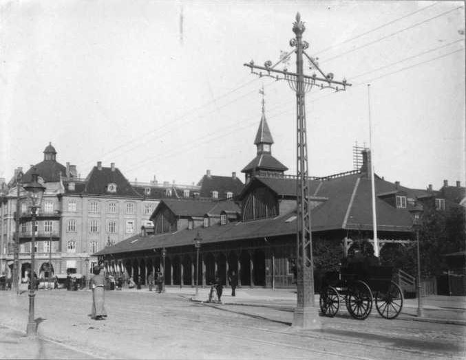 Østerport_Station_with_tramway_pylon.jpg