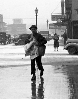 A paperboy of Iowa City. By Arthur Rothstein: US Farm Security Administration (http://www.loc.gov/pictures/item/fsa1997013024/PP) [Public domain], via Wikimedia Commons