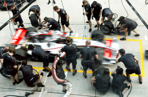 McLaren pit stop 2006 in Malaysia. By Kamalsell (Flickr)  CC-BY-2.0 , via Wikimedia Commons