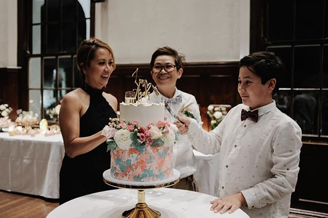 Throwback Thursday 💕- one of my favourite photos of the happy family cutting their wedding cake! #familygoals #loveislove #tbt 🌈